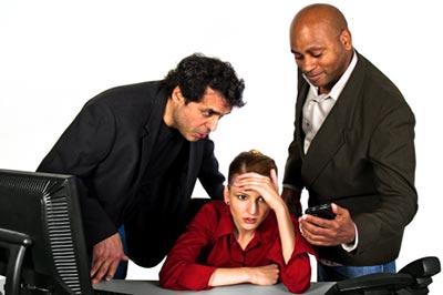 دو مرد در حال نشان دادن تصاویری در موبایل به یک زن کا باعث آزار زن شده است