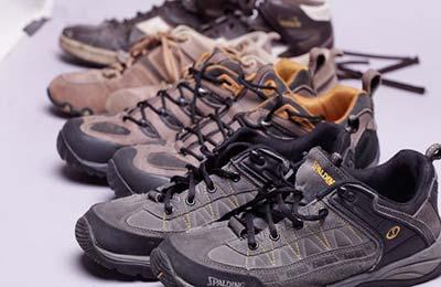 چهار جفت کفش کتانی در کنار هم