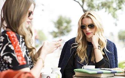 دو زن با عینک آفتابی در حال حرف زدن
