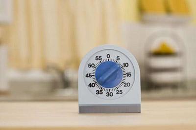 یک زمان سنج کوچک سفید با درجه آبی و شمارههای صفر تا شصت