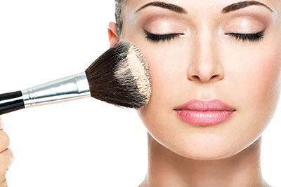 زن در حال زدن پودر آرایش به صورت
