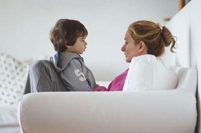 مادر در حال صحبت کردن با فرزند کوچکش