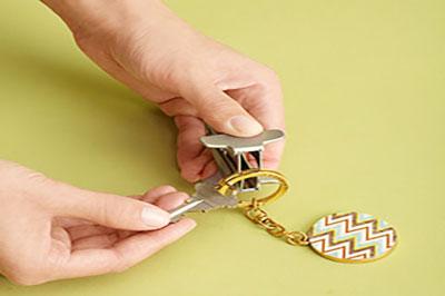 دست در حال انداختن کلید در جا کلیدی با گیره کاغذ