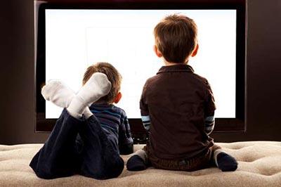 دو پسر در حال دیدن تلویزیون