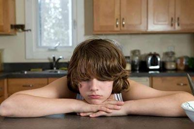 پسر در حالی که دستانش زیر چانهاش است