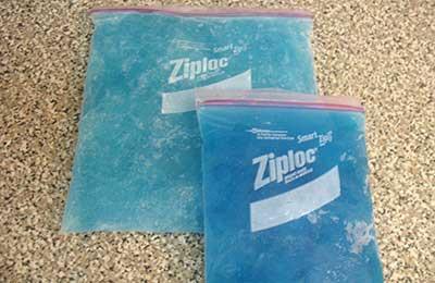 دو عدد بسته یخ آبی رنگ یکی بزرگ و دیگری کوچکتر