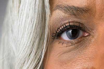 چشم راست یک زن با موهای سفید و پوست برنزه