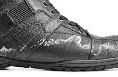 یک لنگه کفش چرمی سیاه رنگ که اطراف آن شوره بسته است