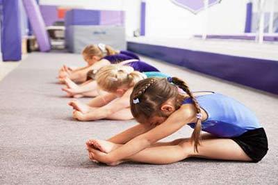 کودکان در حال انجام تمرینهای ورزشی