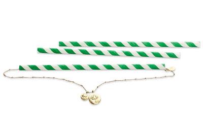 گردنبند طلایی که از یک نی سفید و آبی رد شده است
