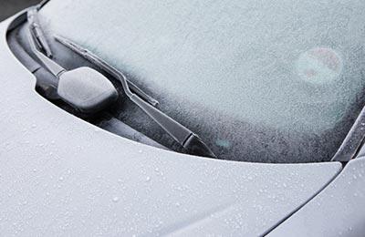 شیشه جلوی اتومبیل که یخ زده است