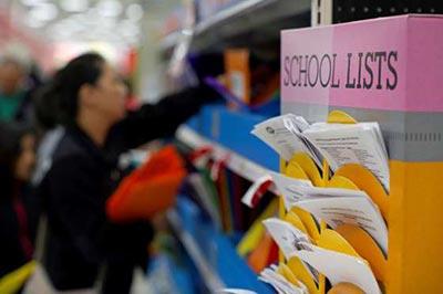 زن در حال خرید لوازم مدرسه