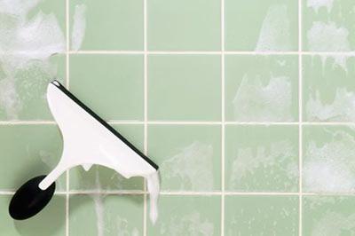 یک تی خشککن در حال خشک کردن کاشیهای آبی رنگ