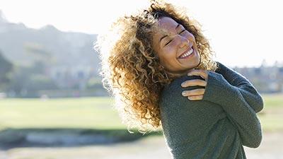 زن در حال در آغوش گرفتن خودش