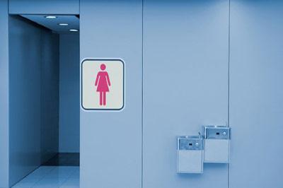 دستشویی زنانه با دیوار آبی