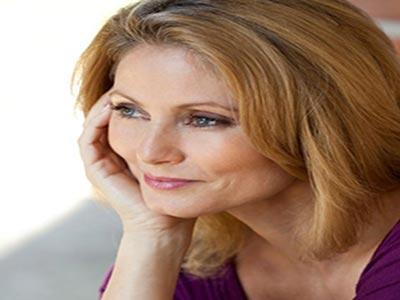 زن میانسال زیبا با موهای روشن