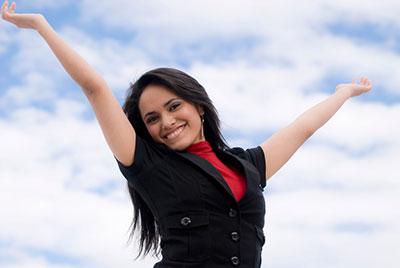 زن با دستهای رو به بالا در حال خوشحالی کردن