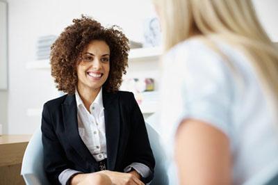 دو زن در حال صحبت کردن