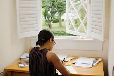 زن با موهای کوتاه در حال نوشتن