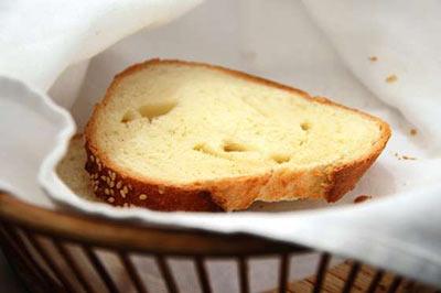 یک برش نان سفید روی یک دستمال سفید