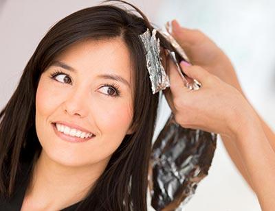 زن در حال رنگ و های لایت کردن مو