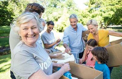 زن مسن در حال انجام کارهای داوطلبانه