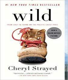 یک کتاب با جلد سفید با تصویر یک لنگه کفش بندی کهنه عسلی با بند قرمز رنگ