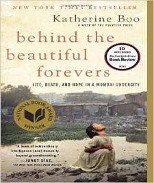 تصویر یک زاغه و یک دختر کوچک که کنار یک گودال آب چمباتمه زده بر روی حلد یک کتاب