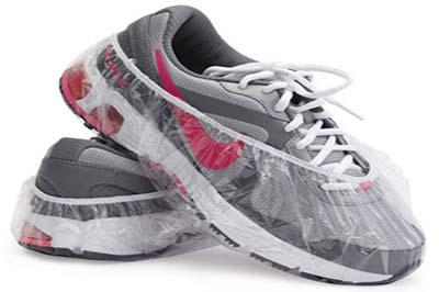 کفشهای کتانی طوسی و خاکستری با بندهای سفید در حالیکه روی هم قرار گرفتهاند