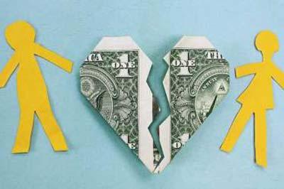 یک قلب کاغذی با طرح اسکناس که توسط دو آدمک کاغذی زرد رنگ به شکل زن و مرد کشیده شده و از وسط به دو نیم میشود