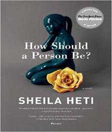 کتابی با جلد خاکستری که تصویری از یک مجسمه تیره رنگ و یک گل زرد رنگ بر روی آن نقش بسته است