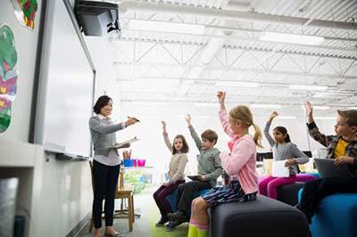 معلم و دانش آموزان در کلاس